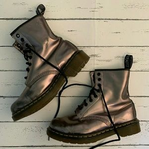 DR. MARTENS SO PRETTY PEWTER 8 EYE COMBAT BOOTS!